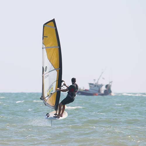 Wind-foil en mer à Saint Hilaire de Riez, côte atlantique, en Vendée